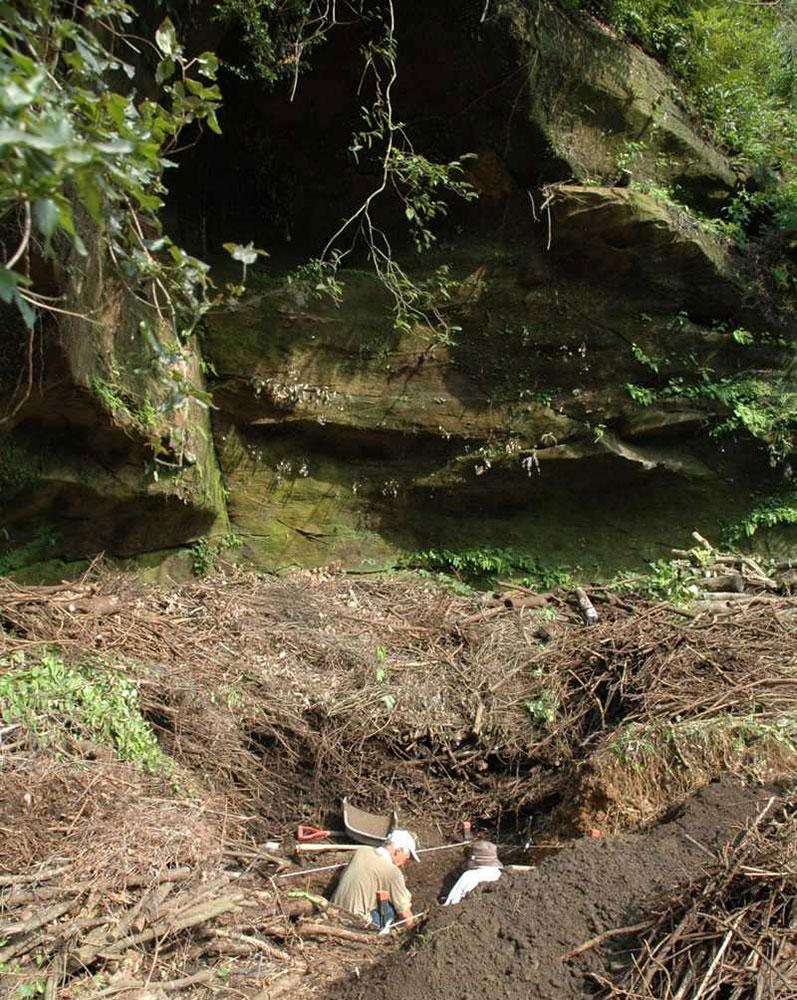 写真:東岩陰を掘る