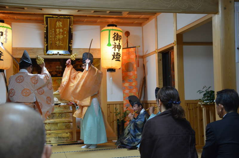 写真:平戸神楽と洞窟遺跡